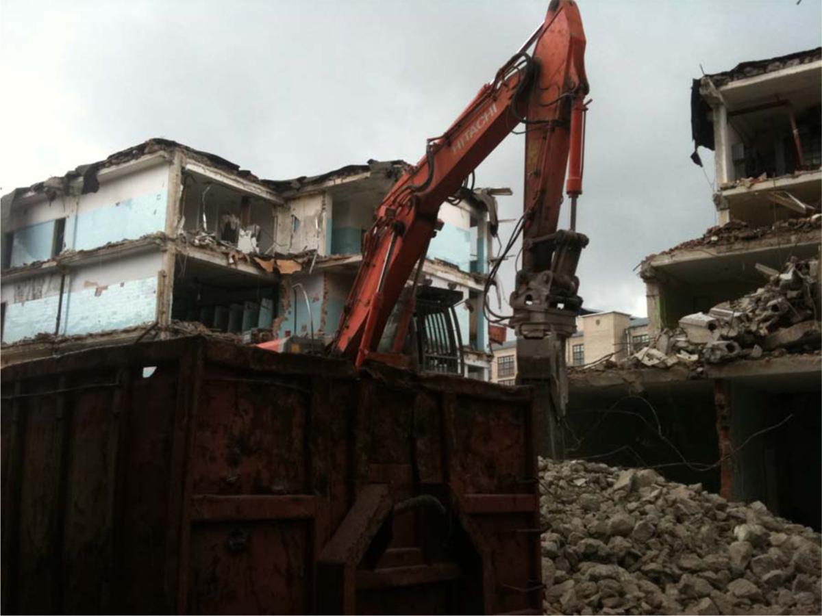 Démolition en cours des bâtiments non classés monuments historiques