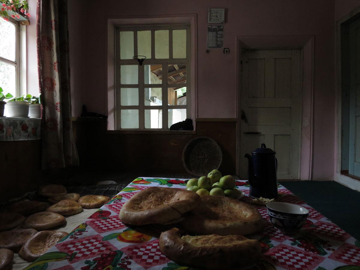 2014. Arslanbob, pièce où l'on reçoit les visiteurs, le pain à peine sorti du four refroidit.